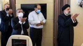 عکس/ نماز جماعت رئیسی در هواپیما